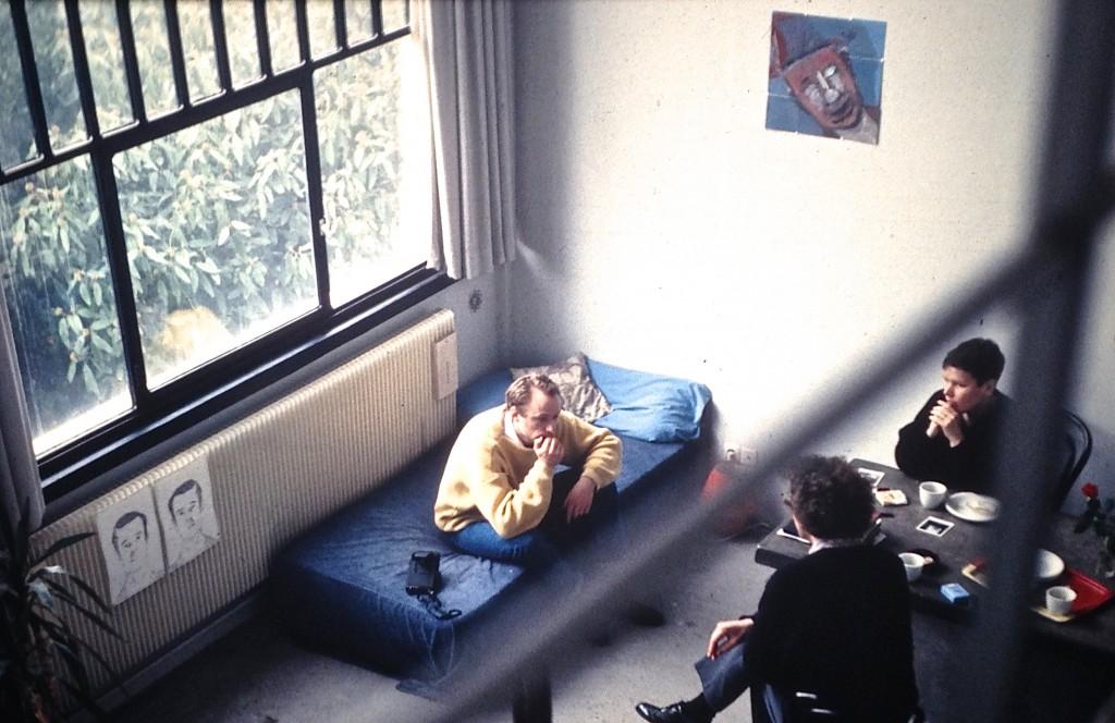 op de rug gezien: Emo Verkerk, op de bank Alois vd Berk (toentertijd bibliothecaris van het Van Abbemuseum) en rechts zijn vriendin Josien